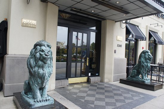 Rosemont, IL: Lions to greet you at the entrance just like the Art Institute