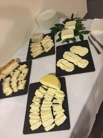 Lamporecchio, İtalya: allestimento dei nostri formaggi per un buffet