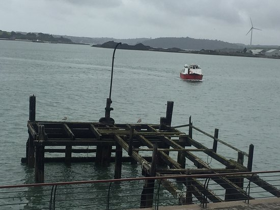 Cobh, Irland: The pier where passengers would have left on the little boats to board the titanic docked a shor