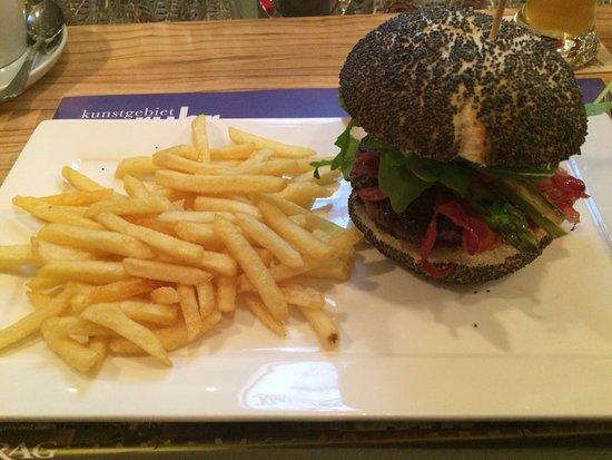 Oberhausen, Germany: Burger mit Rucola, grünem Spargel, Bacon, Tomate und Pommes