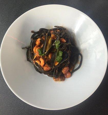 Эттербеек, Бельгия: Spaghetti (bio) al nero di seppia, cozze e gamberi.