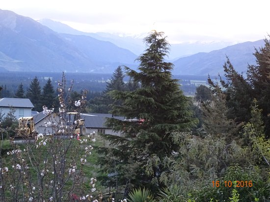 Hanmer Springs, New Zealand: BALCONY VIEW OVER MOUNTAINS
