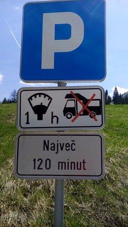 Jezioro Bohinjsko, Słowenia: Verkehrsschild am Parkplatz: Eine Stunde = 120 Minuten