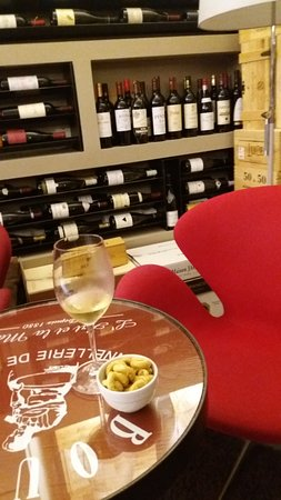 Bibenda: A seated place in amongst the most beautiful display of wine bottles