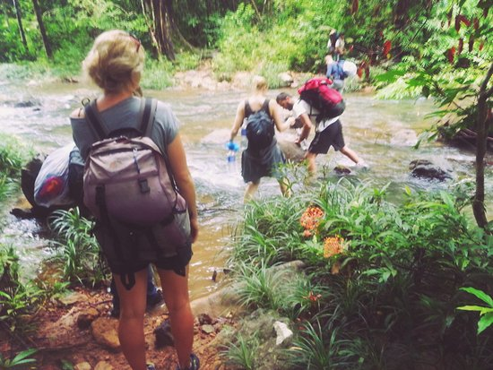 Banlung, Camboya: during trekking  we have to pass river 2  or 4 times ,until we arrive the camping Koh Pong water