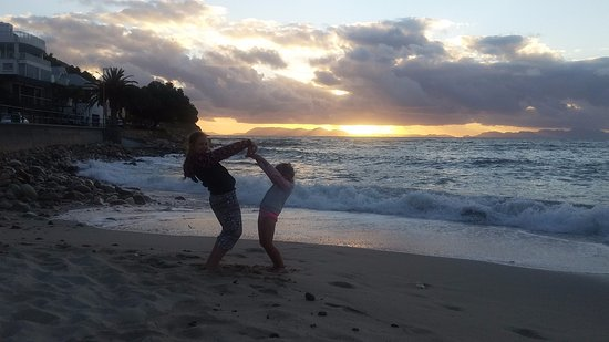 Gordon's Bay, Sydafrika: Beach next to Bikini Beach Suites