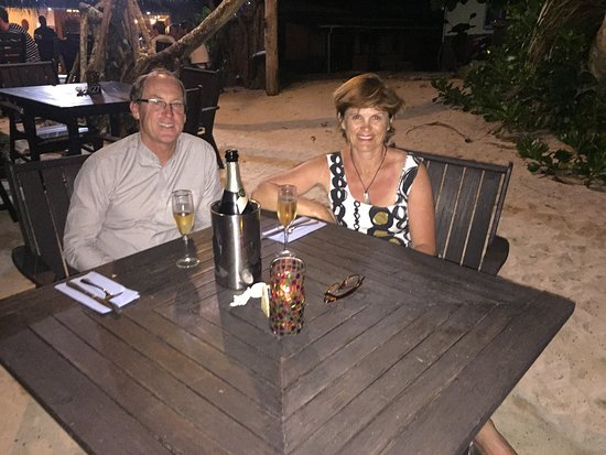 Titikaveka, Ilhas Cook: Postponed our dinner by a night on a promise of a beach front table - and they delivered! Great