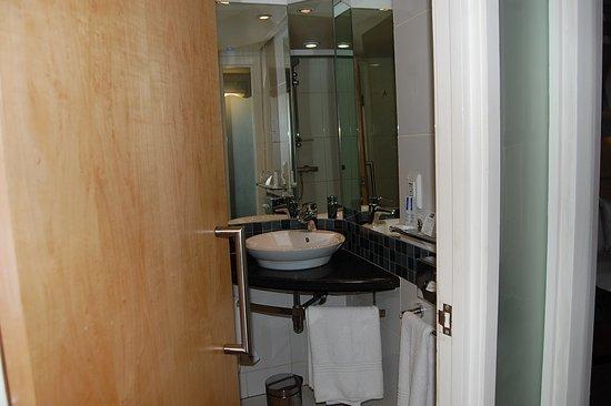 Holiday Inn Express Pretoria-Sunnypark: バスルームとトイレのドアが兼用です。
