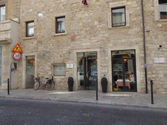 Hotel Palazzo dei Mercanti: Hotel frontage from main street.