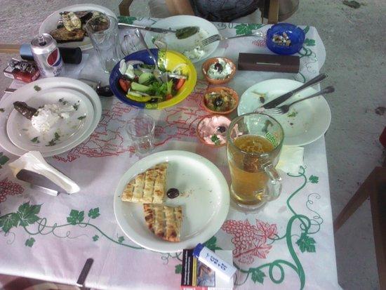 Archangelos, Grecia: Tisch im Athiri nach dem Genuss von Meze. Lecker,lecker