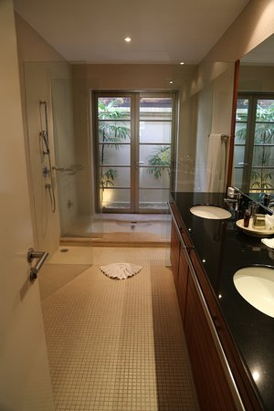 The Residence Resort and Spa Retreat: Bathroom with sunken bath at far end- Phase 1