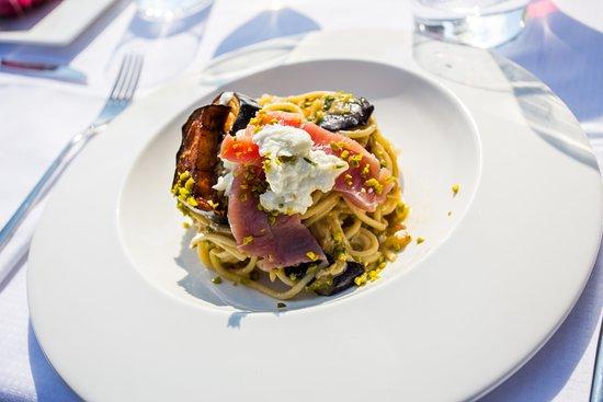 Savignano sul Panaro, Италия: Spaghetto quadrato  con melanzana bruciata, pistacchio, tartare di tonno rosso e bufala