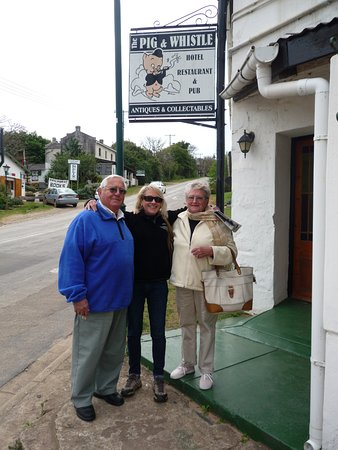 Bathurst, Νότια Αφρική: Arlene and Cecil English with daughter Sonja outside the Pig and Whistle