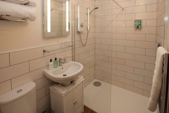 Grantown-on-Spey, UK: Our Harris Room's newly fitted ensuite with underfloor heating and large walk in shower