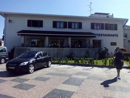 Hotel Mestre Afonso Domingues: Vista do Hotel de fora - zona de Restaurante com Esplanada