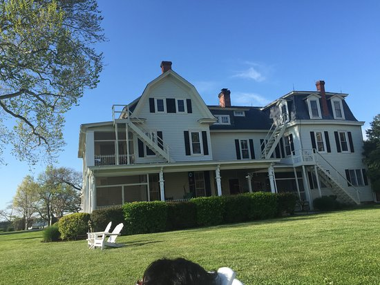 Sandaway Waterfront Lodging: View of the primary building of the Sandaway Inn