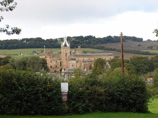 Linlithgow, UK: Вид на церковь из парка.
