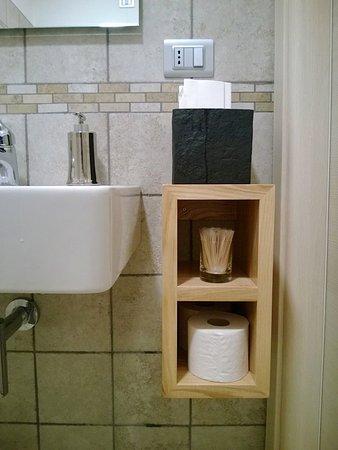 Serralunga d'Alba, Italien: Nel bagno, pulitissimo, l'originale presenza di stuzzicadenti igienizzati e confezionati singola