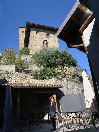 """Serralunga d'Alba, Italien: Lo scorcio """"monumentale"""" dall'assolata terrazza del ristorante"""