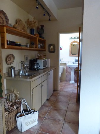 Tubac Country Inn: Kitchen and Bath