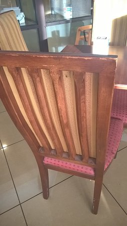 Comfort Inn & Suites: Old furniture in breakfast room
