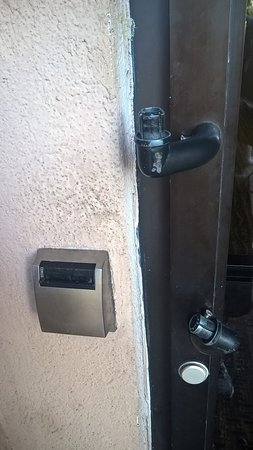 Comfort Inn & Suites: Rear door handle broke and piece missing