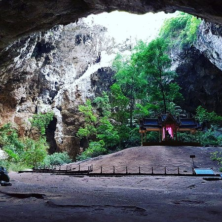 Kui Buri, Thailand: Hiking up 480 metres to see the pagoda in the cave is a must!