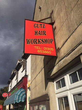 Winfrith Newburgh, UK: The hairdressers that does not like new customers or tourists who are trying to support local vi