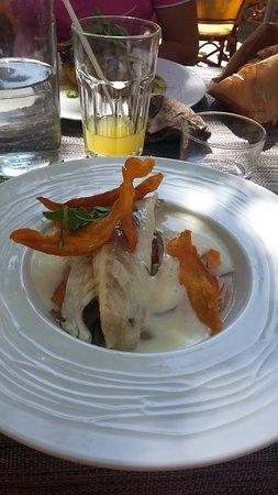 Cogolin, France: La plat, poisson avec chips de patate douce, un régal une fois de plus