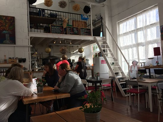 Графство Глостершир, UK: A view across the restaurant as it begins to get busy.