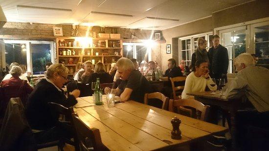 Holte, Danmark: Hyggeligt lokale men bliver temmeligt lunt, når lokalet fyldes