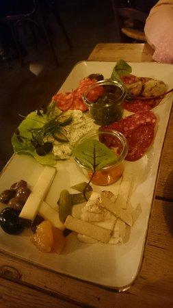 Holte, เดนมาร์ก: Charcuteri og oste med velsmagende tilbehør
