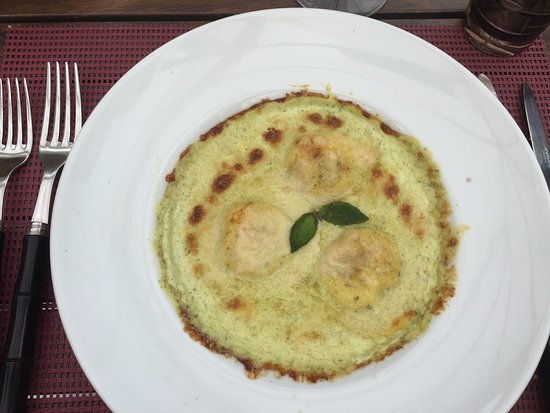 Nogent-sur-Marne, France : ravioles à la ricotta et sauce basilic
