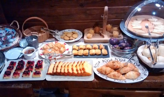 Pollein, Italien: Partial sample of breakfast choice (some items cut off)