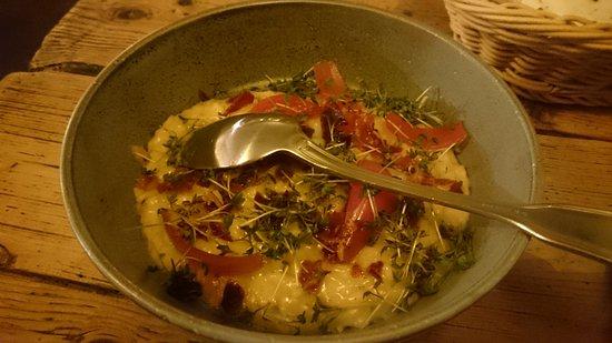 Holte, Δανία: Velsmagende risotto på hønsefond, trøffelolie, mascarpone, parmacrumble og karse (!)