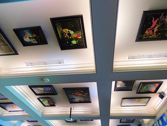 Cary, Carolina del Norte: framed paintings on ceiling