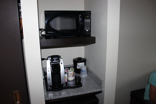 Best Western London Airport Inn & Suites: coffee station and micro wave