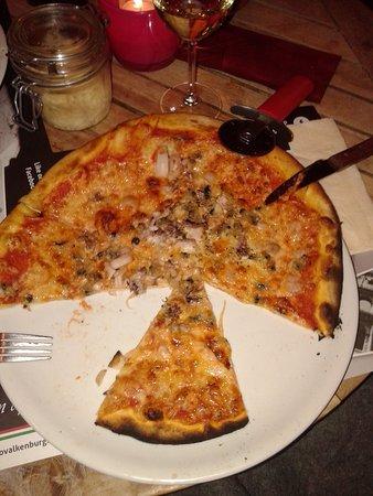Slechte dunne pizza de mare. Mag de naam niet hebben zat bijna geen vis op .taaie inktvisringetjes een paar garnaaltjes