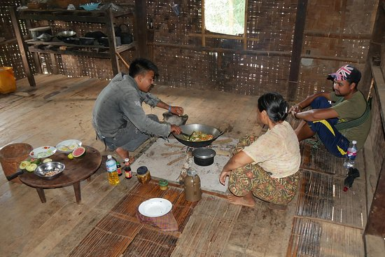 Kalaw, Burma: Cook A-Too preparing another delicious dinner for us.