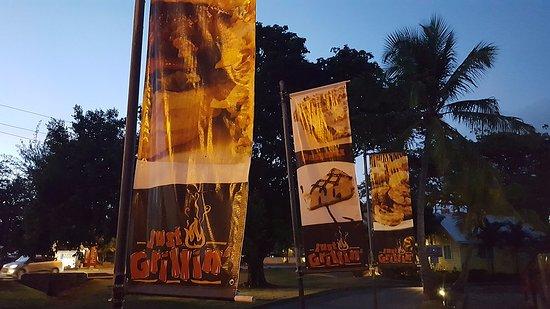 Holetown, Barbados: Флаги - вывески заведения хорошо заметны со всех сторон