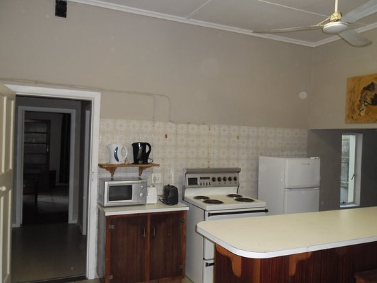 Robertson, Afrika Selatan: Kitchen with family room 1 in the back ground