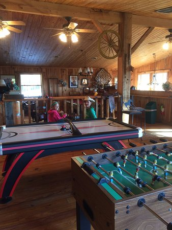 Del Rio, TN: cant see the pool table, bar, and large tv here, but they are there.