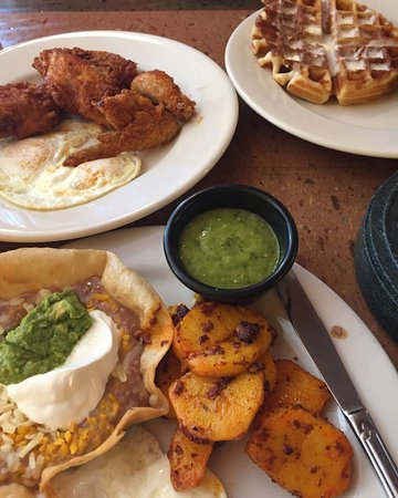 Vallejo, Kaliforniya: Our go to breakfast! His = chicken and waffles. Hers = huevos rancheros!