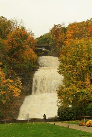 Montour Falls, État de New York : Fall foliage at the Falls