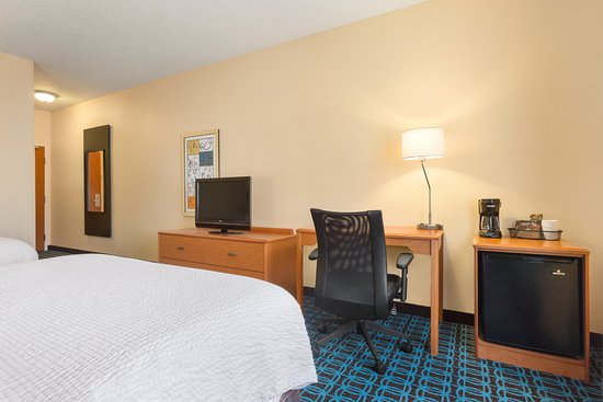 Racine, WI: Queen Room Amenities