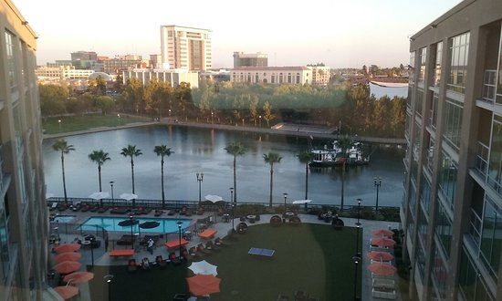 Stockton, Californië: View of the Waterfront Courtyard from the Top Floor.