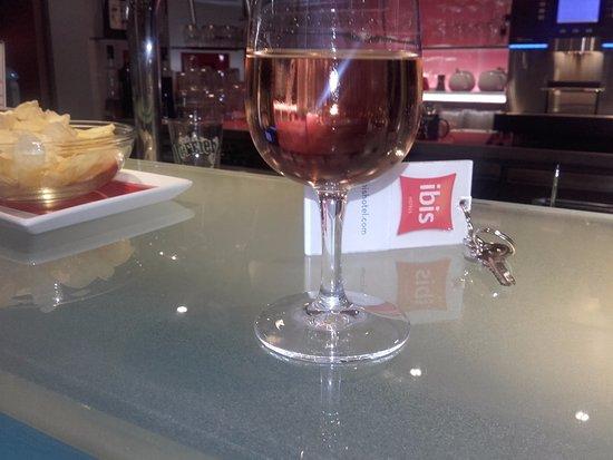 Rosé frais au bar de la réception Ibis Bron. Un air de Provence