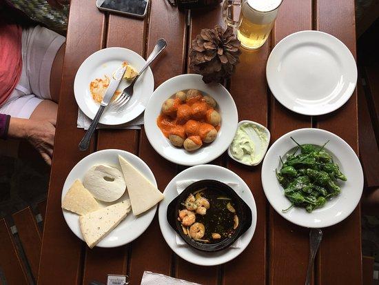 Ingenio, Hiszpania: starters: papas con mojo, quesos, gambas, pimientos padron