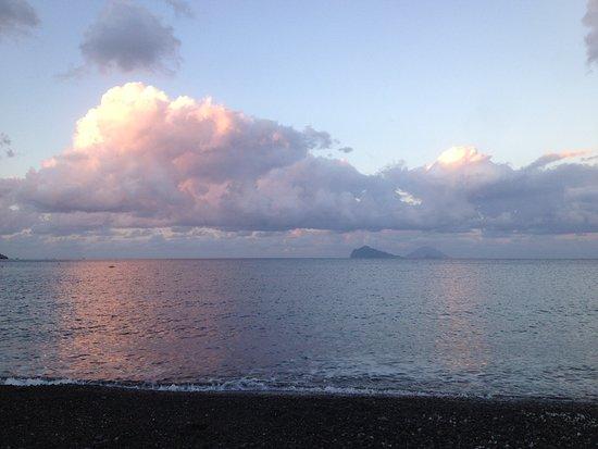 Camping Baia Unci: Am Strand vorm Platz, mit Stromboli