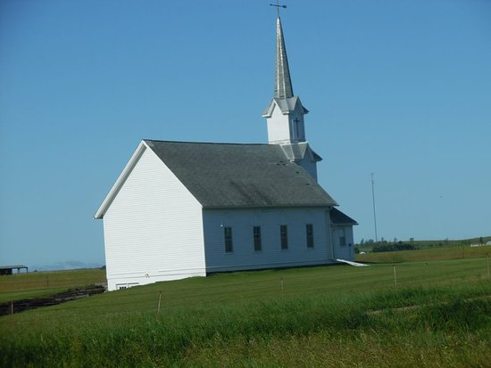 De Smet, Dakota del Sur: Small church before you turn off to the road.